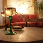 Dégustez un verre de vin d'Alsace avant d'aller déjeuner ou dîner dans l'un des restaurants dans les alentours